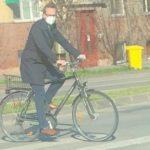 Dementul de Fritz traversând trecerea de pietoni călare pe bicicletă! Să fie amendat aicea în Banat!